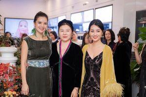Á hậu Hoàng Anh diện váy gợi cảm, MC Quỳnh Chi lần đầu diễn catwalk cho NTK La Phạm