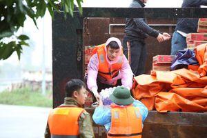 Hàng chục chuyến xe chở hàng cứu trợ đến 'tâm lũ' Hà Tĩnh