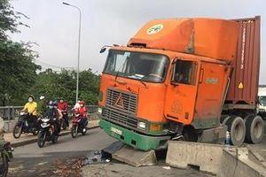 Xe tải lật, xe đầu kéo húc dải phân cách nhiều người té ngã