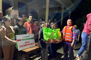 Mcredit trao 300 suất nhu yếu phẩm hỗ trợ bà con Thừa Thiên Huế
