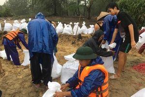 Thừa Thiên Huế: Thực hiện cố đê, bao, đắp hơn 10.000 bao cát tại các vị trí xâm thực