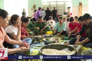 Bình Phước gói bánh tét ủng hộ đồng bào miền Trung