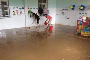 Thầy cô dọn trường học sau nước rút