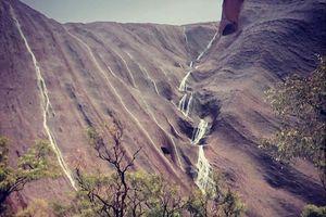 Hiện tượng thác nước chảy hiếm có trên núi đá sa mạc