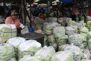 Chợ tự phát 'vây' chợ hợp pháp