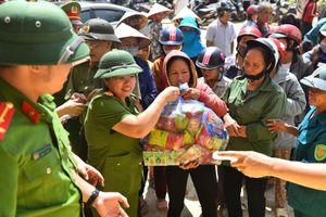 Cục Cảnh sát điều tra tội phạm về ma túy trao 800 suất quà tặng bà con gặp thiên tai ở Quảng Bình