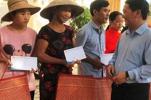 Phó Chủ tịch - Tổng Thư ký Hầu A Lềnh thăm hỏi bà con vùng tâm lũ Cẩm Xuyên