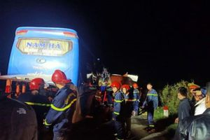 Xe khách đâm xe tải thủng lốp bên đường khiến 15 người thương vong