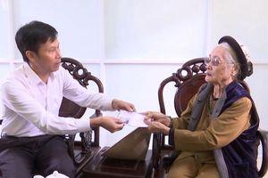 Xúc động tấm lòng của cụ bà 88 tuổi đạp xe đi ủng hộ đồng bào miền Trung