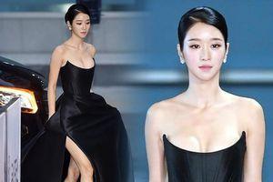 'Điên nữ' Seo Ye Ji nóng bỏng với vòng một 'bức thở', diện bộ đầm nửa tỷ lên thảm đỏ