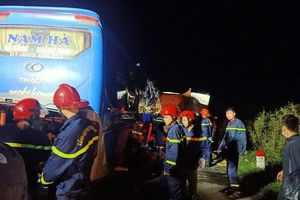 Xe khách tông xe tải dừng đỗ ven đường, 15 người thương vong