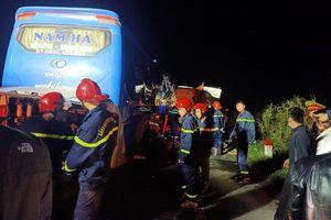 Xe khách tông vào đuôi xe tải đang hỏng lốp, nhiều người thương vong