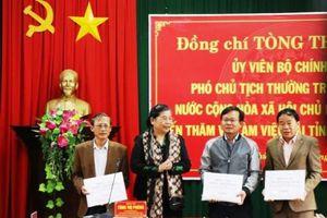 Bà Tòng Thị Phóng trao quà hỗ trợ bà con vùng lũ, thăm hỏi gia đình liệt sĩ gặp nạn tại Rào Trăng 3