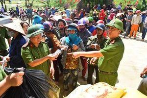 Cục CSĐT ma túy tặng quà người dân vùng lũ Quảng Bình