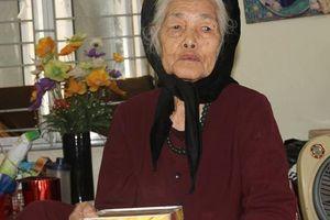 Cụ bà 88 tuổi 'mổ' ống sắt đựng tiền tiết kiệm, đếm từng đồng để ủng hộ khúc ruột miền Trung