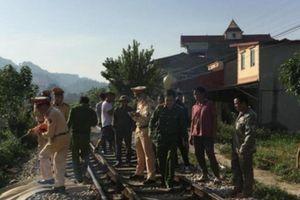Bị tàu hỏa đâm tử vong vì dừng xe giữa đường ray nghe điện thoại