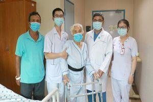 Bác sĩ 'dám' phẫu thuật 3 lần cứu cụ bà 105 tuổi