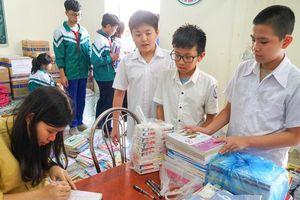 Học sinh Nghệ An nâng niu sách vở tặng bạn vùng lũ