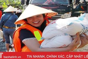 'Sao Mai' Trần Thụy Miên lội nước trao quà hỗ trợ lũ lụt ở quê nhà Hà Tĩnh