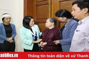 Phó Chủ tịch Hội LHPN Việt Nam Bùi Thị Hòa thăm hỏi gia đình các liệt sĩ hy sinh trong khi làm nhiệm vụ khắc phục hậu quả mưa lũ
