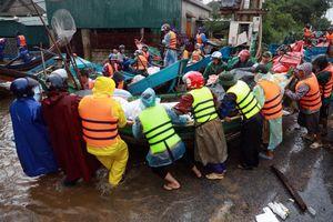 Những ngày mưa lũ ở miền Trung mới thấy hết ý nghĩa cụm từ 'Nối vòng tay lớn'