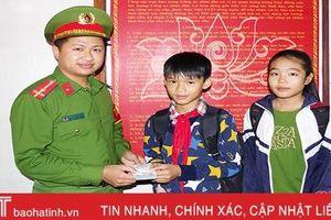 Nhặt được tiền rơi, 2 học sinh ở Can Lộc mang nộp công an