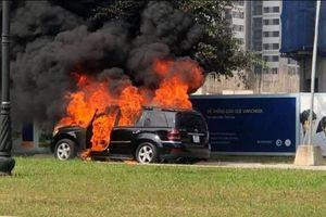 Mercedes GLS bất ngờ bốc cháy dữ dội tại Gia Lâm, Hà Nội