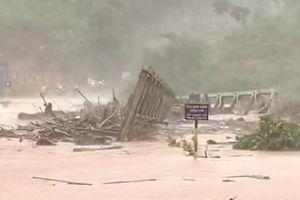 Clip cầu sắt ở Kon Tum bị lũ cuốn trôi, mưa lũ hoành hành tại Tây Nguyên