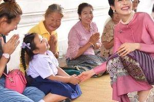 Thái độ của Hoàng quý phi Thái Lan mỗi lần xuất hiện trước công chúng được nhận xét: Đã đẹp người còn tốt nết