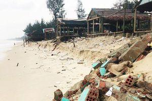 Sạt lở bãi tắm biển Gio Hải, chín nhà quán bị sập