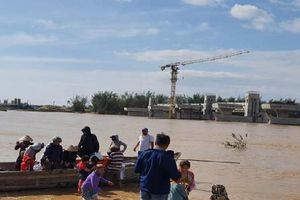 Giải cứu thành công 38 công nhân 'mắc kẹt' trên Sông Trà