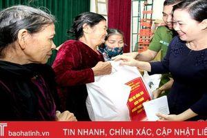 Cục Cảnh sát phòng chống tội phạm về môi trường trao quà hỗ trợ người dân vùng lũ Hà Tĩnh