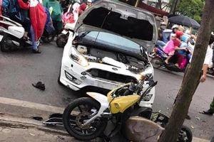 Tai nạn giao thông sáng 29/10: Ô tô 'điên' mất lái hất văng người đi xe máy vào nhà dân ven đường
