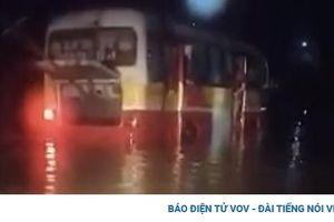 Giải cứu chiếc xe buýt chết máy giữa nước lũ