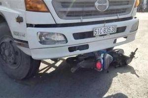 Va chạm với xe tải, ba người cùng gia đình tử vong