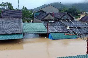 Mưa lớn, thủy điện xả lũ, nhiều ngôi nhà ở Nghệ An ngập trong biển nước