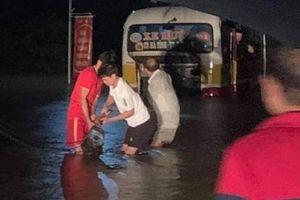 Hà Tĩnh: Xe buýt suýt bị cuốn trôi vì bất chấp biển cấm 'lội vào' đường ngập lũ