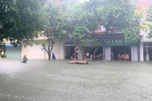 Sau một đêm mưa lớn, nhiều tuyến đường ở TP Vinh biến thành sông