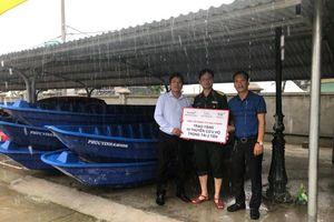 Trao 10 thuyền cứu hộ cho Quảng Bình