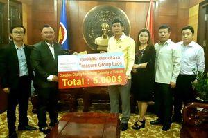 Doanh nghiệp Lào ủng hộ người dân miền trung Việt Nam