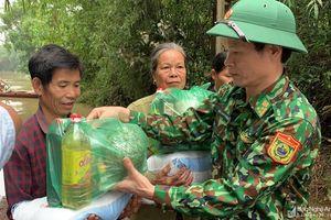 Bộ đội Biên phòng Nghệ An trao quà vùng lũ và khắc phục hậu quả sạt lở đất