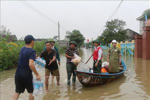 Hỗ trợ lương thực cho các hộ dân bị thiệt hại do bão lũ, không để người dân bị đói, rét