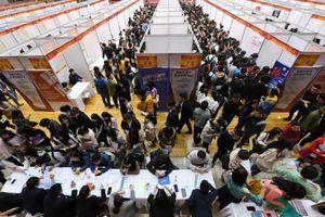 Trung Quốc: Có bằng đại học vẫn thất nghiệp vì COVID-19, cử nhân, thạc sĩ 'đổ xô' đi làm shipper