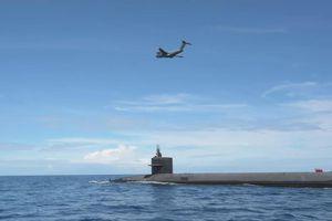 C-17 tiếp tế cho siêu tàu ngầm hạt nhân Ohio trên biển
