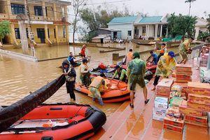 Biệt đội canô 0 đồng giúp dân trong lũ miền Trung