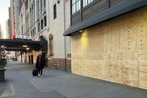 Lo biểu tình sau bầu cử, cửa tiệm New York lắp ván gỗ