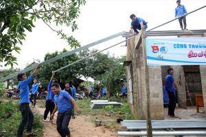 Tuổi trẻ chung tay khắc phục hậu quả mưa bão
