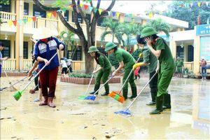 Lực lượng công an, quân đội giúp dân khắc phục thiệt hại sau lũ