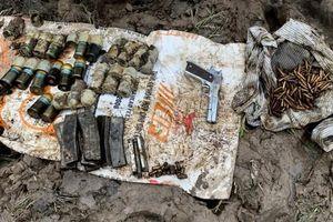 Múc đất, cải tạo vườn phát hiện hàng trăm viên đạn và 1 khẩu súng