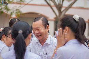 Thầy hiệu trưởng 'trường người ta' đứng đợi ôm từng học sinh trước ngày nghỉ hưu